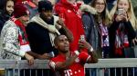 Douglas Costa se hizo un selfie con dos hinchas luego anotar un gol - Noticias de borussia moenchengladbach
