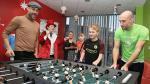 Enorme gesto del Pep Guardiola: la visita y los regalos a niños en un hospital - Noticias de city vincent kompany